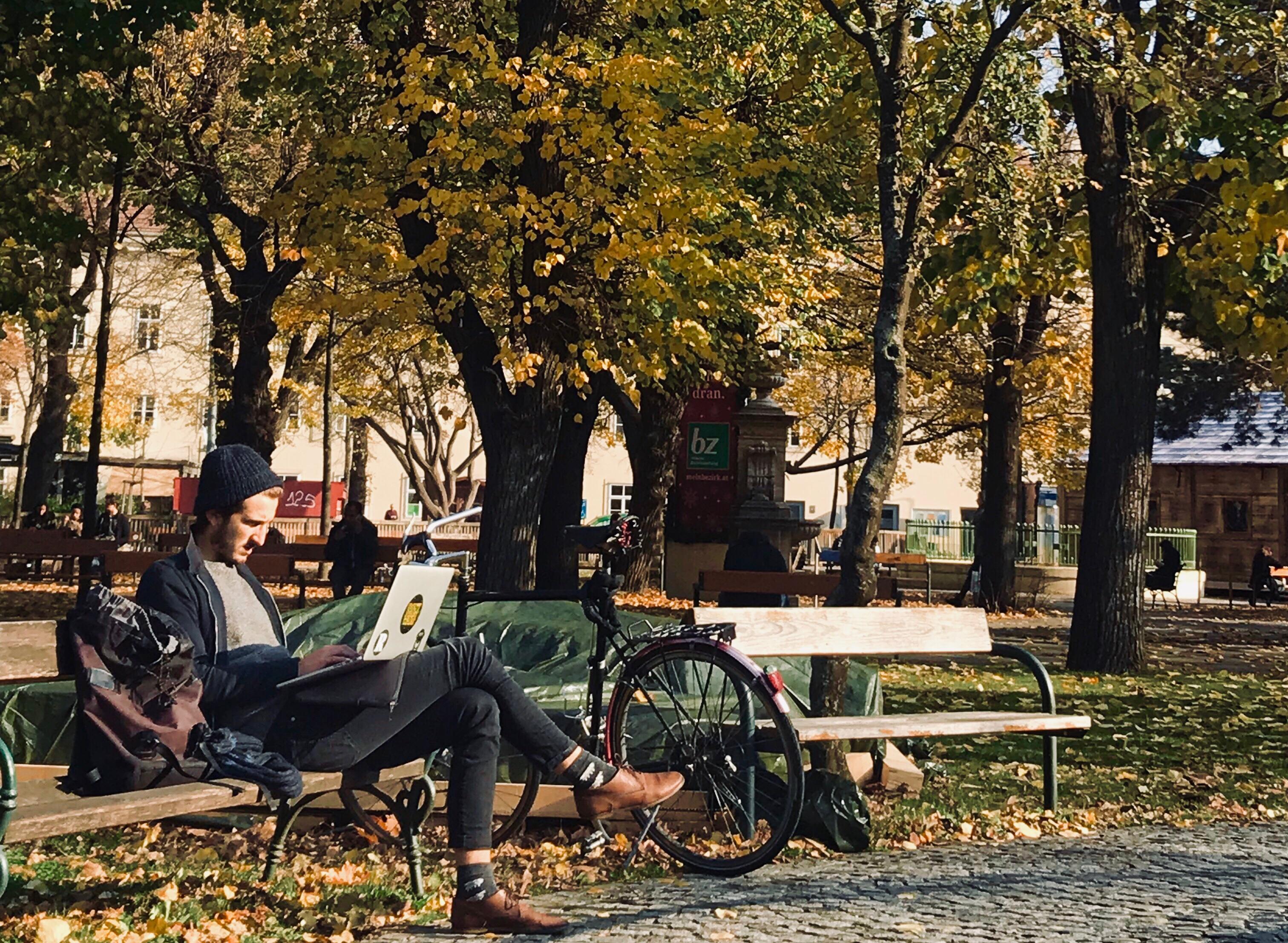 【奧地利 - 維也納大學語言中心】秋風蕭瑟,楓,將維也納大學添上新的顏色。 中午十二點,是午餐時間。 人們不挑剔,席而坐草地。 慢步調是這裡的生活方式。 曬太陽是每天最享受的事。 除了好好學習,看看自己,你不孤單,下課。                                                              (UG4A 何崎禎)
