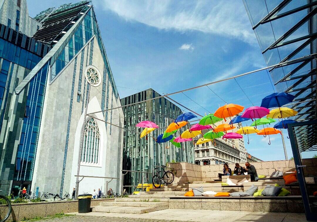 【德國 - 萊比錫大學】平日的萊比錫大學 學生在五彩繽紛的傘下看書聊天萊比錫大學附近常出現的街頭藝人。                                                               (XG5A高恩雅)