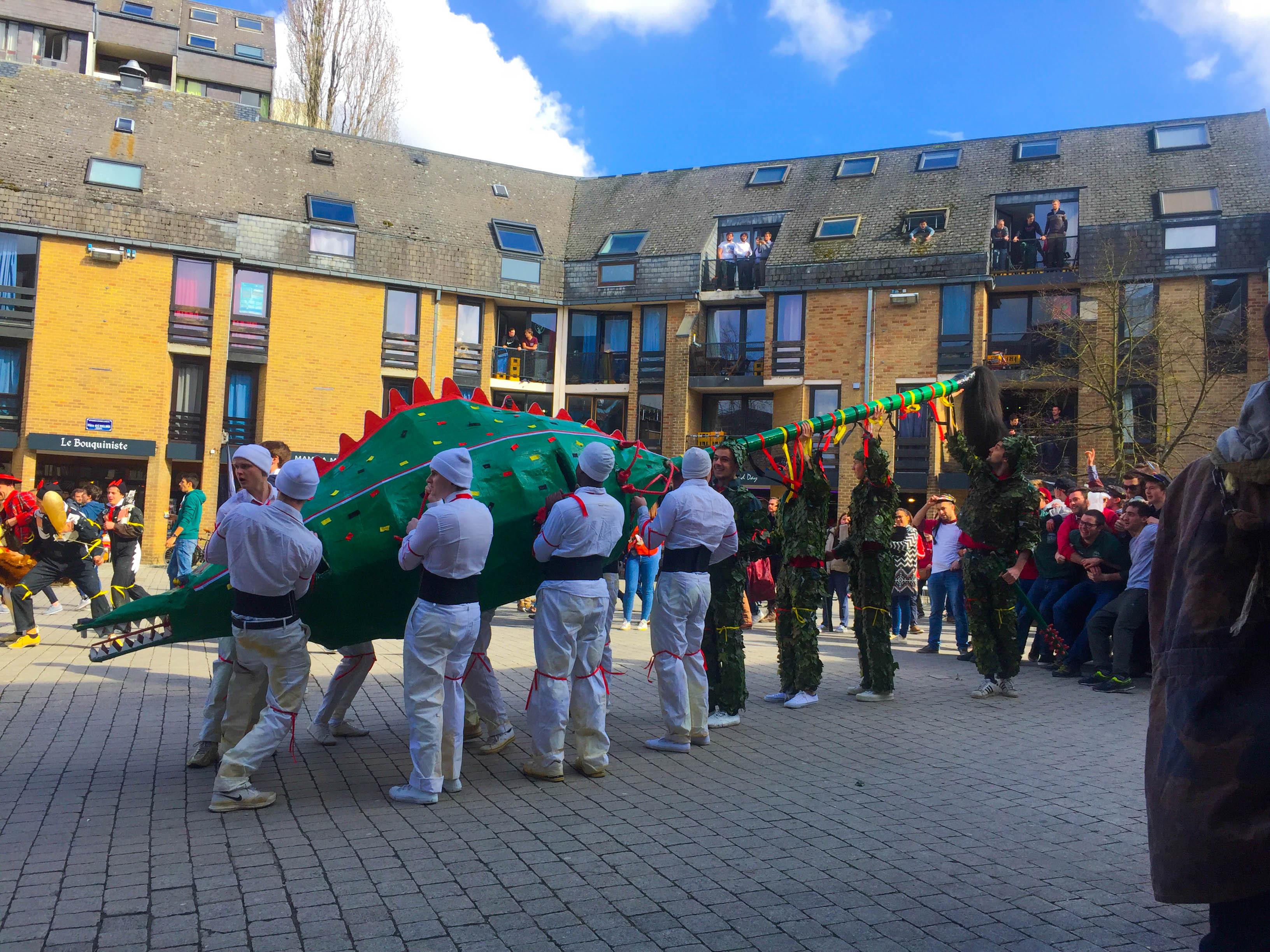 【比利時 - 新魯汶大學】比利時的傳統節慶-屠龍節,每年都會在蒙斯舉辦,今年為加深年輕人對傳統文化的認知,提早在新魯汶鎮上重現這個重要的節慶,我們可以在路上看到龍的身影,並有許許多多穿著中古時代衣服的男女老少,成群結隊地跟在龍的後面。                                                             (HYE4A 林奐妤)